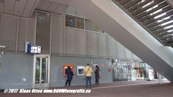 De grote trap van de loopbrug van station Alkmaar biedt een beschutte ruimte tegen weersinvloeden ....