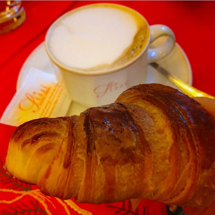Sissi e i suoi croissant perfetti.  Gli incredibili croissant  Il mercato, il giovedì, proprio davanti all'entrata  PASTICCERIA SISSI  Piazza Risorgimento 6, 20129 Milano