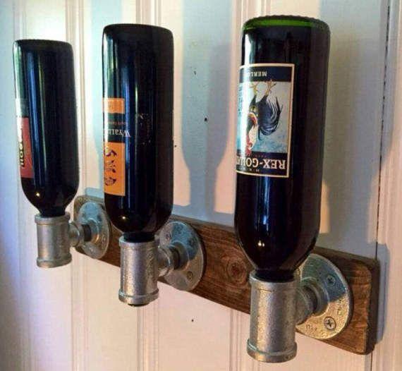 Bottiglia di vino rustico titolare dal tubo di di ZTechIndustries