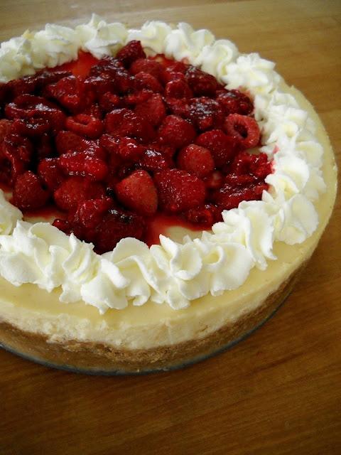 Gâteau au fromage aux framboises et au chocolat blanc Mangez votre cœur en sortant de l'usine à gâteau au fromage!   – must trys