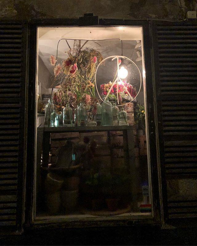Peace! @christoffersblommor front store window looks good even at 10:30 pm. #peacesign #christoffersblommor #flowers #oldtown #gamlastan #stockholm #visitstockholm #visitsweden #sweden #photobydavidfeldt