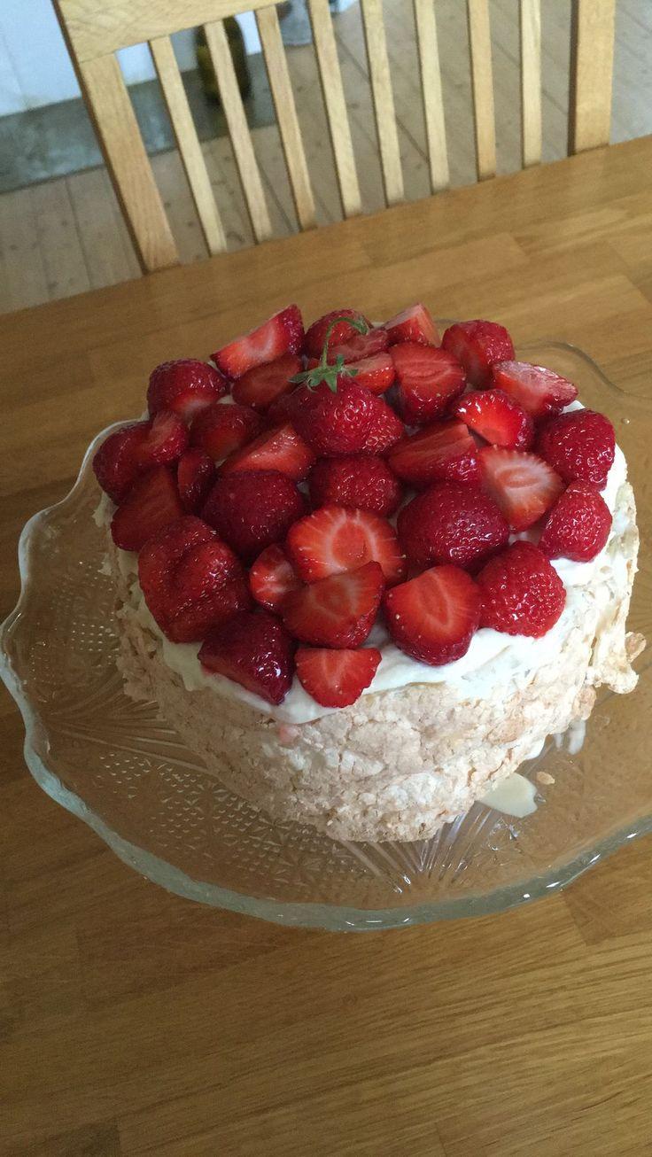 Tänkte att jag skulle dela med mig av en tårta jag gjorde igår. Det här med tårtor tycker jag nämligen är väldigt roligt. Jag gillar att vara kreativ och att kombinera det med mat eller bakverk är…