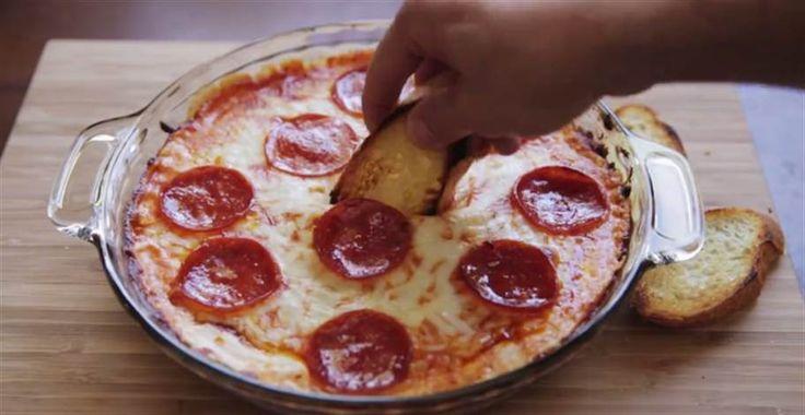 Alltså, det här ser ju helt oemotståndligt ut. En dipp som smakar pizza och bara dryper av ost! Kolla in den här snabba instruktionsfilmen så kan du vräka i dig det här nästa gång du känner för det.