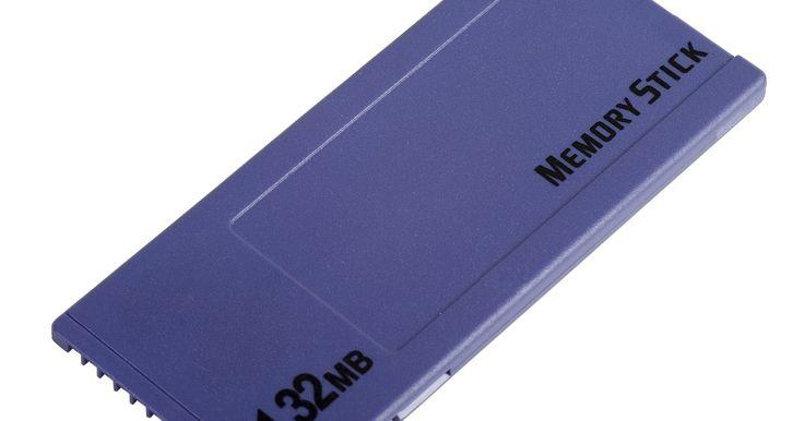 Tarjeta SD vs Memoria Stick Pro Duo. En 1998, Sony diseñó su propia forma de dispositivo de memoria, la Memory Stick, lo que, a partir del momento de su publicación, todavía están en producción. Las tarjetas Secure Digital, por otro lado, son fabricadas por una variedad de compañías, entre ellas Sony y se construyen a los estándares establecidos por la SD Association. Ambos tipos de ...