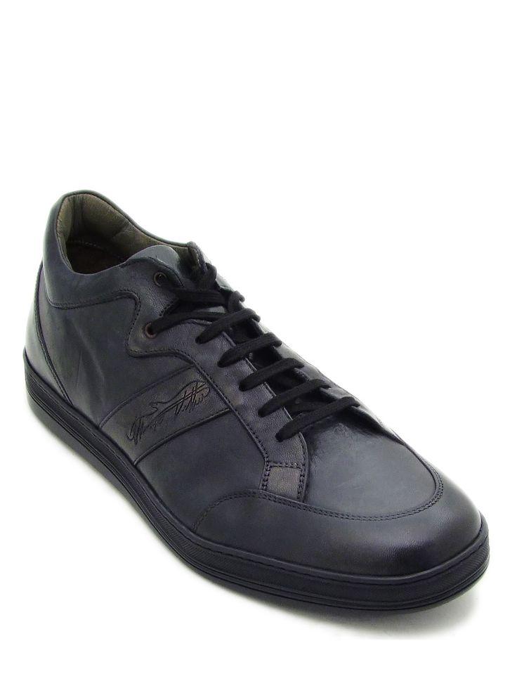 #Sneaker realizzata in morbida pelle di cavallino colore nero lavata in botte. La suola in gomma naturale completa questo modello sportivo dalle linee dinamiche. Un tocco di semplice eleganza per il tempo libero. #MadeInItaly #Blake