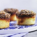 Drømmemuffins  Denne opskrift indeholder mindre smør end den oprindelige drømmekage fra vores barndom, men det gør den ikke dårligere, tværtimod. Prøv at bage kagerne i små portionsforme, det gør dem lettere at håndtere, hvis de skal med på tur. Den kan selvfølgelig også bages i bradepande.  Tid: ca. 20 min. plus bagetid   (12 stk. )    3 æg   200 g lyst rørsukker   180 g hvedemel   2½ tsk. bagepulver  25 g smør   1½ dl mælk     Topping:   225 g brun farin   100 g mørk sirup   50 g kokosmel…