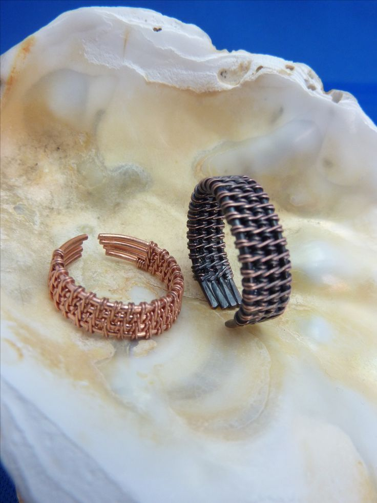 Mooi fijn weefpatroon voor deze stoere koperen ringen. Eén in de originele rosé-kleur en de andere geoxideerd en afgelakt voor een rustieke antiek look. Verkrijgbaar bij www.mijnhalszaak.nl