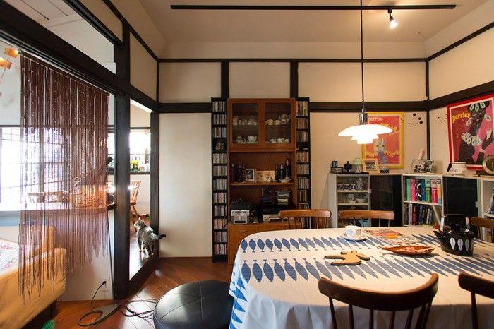 木の梁や柱を活かした、昔ながらの家の雰囲気に、北欧のリネンや照明器具がマッチする。床暖房が入って暖か。