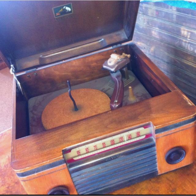 Vintage Victrola wooden record player & radio