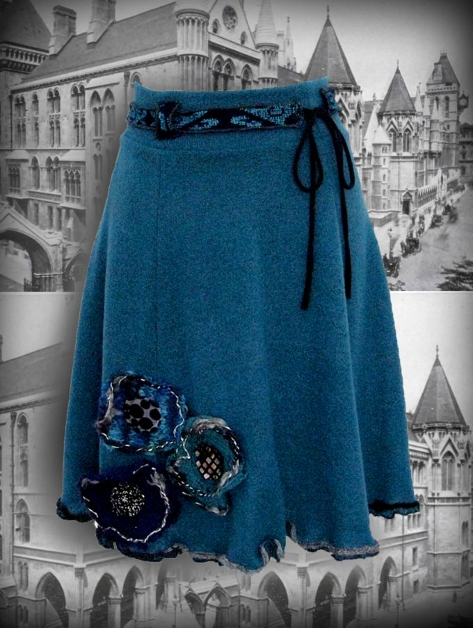 Lightweight, soft skirt made of synthetic fibers twists. With three upcycled woolen flowers on the bottom. Padded. Measuring about 55 cm. 50.00 €