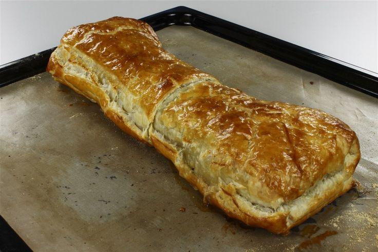 champignos brunes på panden uden fedtstof. <BR> <BR> flødeost, salt, sennep, 2-3 spsk. fint klippet purløg blandes. Der tilsættes de brunede champignon samt skinken. <BR> <BR> Butterdej rulles ud