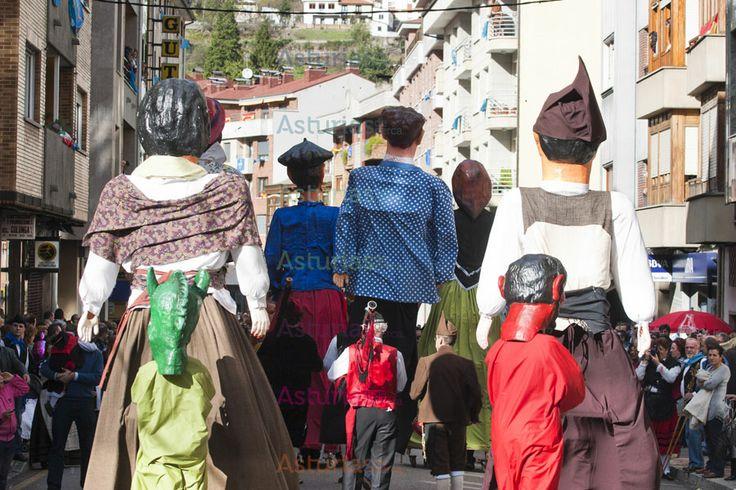 """""""Fiesta típica asturiana ye San Martín de Moreda, onde orgullosos los mozos visten chaleco y montera.""""Esto es parte del himno de la fiesta de los Humanitarios de San martín de Moreda que se celebra cada 11 de noviembre  y que recomendamos si quieren pasar una jornada """"rebosante de alegría y repleta de asturianía (así más o menos finaliza el himno)."""