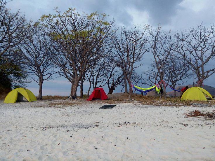 Camping  hammocking di malam terakhir trip sambil BBQ dan api unggun.  Suasana kayak gini yang bikin makin dekat antara tiap peserta... #camping #hammocklife #ulinahammock #mm #island #opentripkomodo #opentrip #trip #tripmurah #privatetrip #honeymoontrip #getlost #komodo #komodotrip by @eastrip