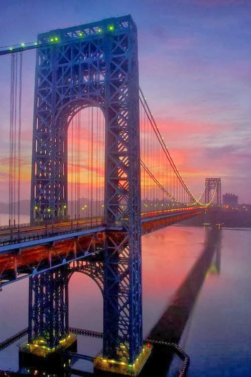 Sunset at George Washington Bridge, the construction that joins Inwood, in the northern tip of Manhattan to Fort Lee, NJ, in the other bank of the Hudson River.