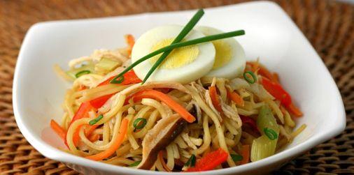 Noodles με κοτόπουλο, μανιτάρια κι αυγά