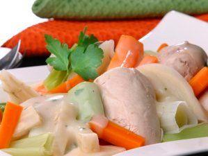 Kylling, krever god tid, smaker godt. Estragon som krydder i enkel saus.