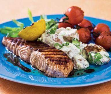 En vacker och fräsch tallrik med underbar grillad lax insvept i barbequesås som smälter i munnen. Till fisken serverar du en krämig potatissallad med smak av dijonsenap och även grillade vackra kvisttomater.