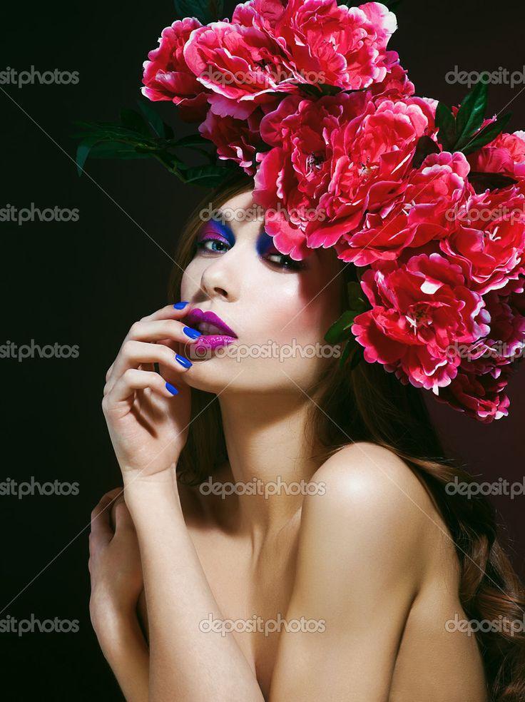 Мода красота модели девушка с цветами волос. невеста. идеальный ...