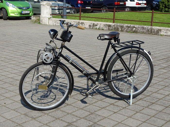 """REX - gemotoriseerde fiets - 50 cc Rex motor - c.1950  REX Bicycle - c.1950Rex motor: 50 ccVIN/eng. Niet: 46177 3988735 km/hBrandstof: 1:40 mengsel benzineVernieuwd perfect aandrijfriem opgenomen.26"""" banden gemotoriseerde fiets.Makkelijk om te beginnen gaat goed.Kunnen worden bekeken en pakte om Makó (6900 Hongarije).  EUR 200.00  Meer informatie"""
