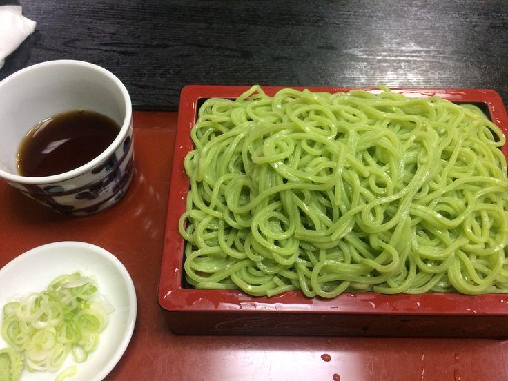 江戸川区は小松菜が特産品で その小松菜を使った蕎麦を提供してくれる 西一ノ江の長寿庵で小松菜うどんを食べてきました これ伸ばしたらハイエロファントグリーンのエメラルドスプラッシュみたいに綺麗じょね? #東京刺激クラブ #江戸川区 #西一ノ江 #うどん #小松菜
