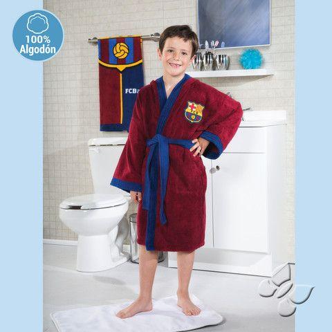 Eres fan del Barcelona? Con esta bata de baño completas el look de tu pequeño hincha de futbol. Con licencia exclusiva para los Estados Unidos de Intima Hogar - Lider en Ventas por Catálogo