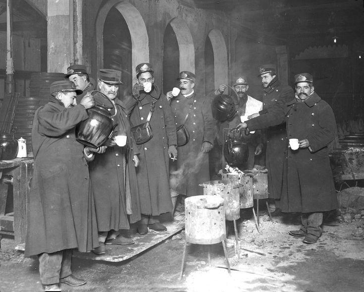 Los conductores del tranvía, en la cocheras del barrio de Salamanca de Madrid, en 1914, intentando entrar en calor. Fuente: ABC.
