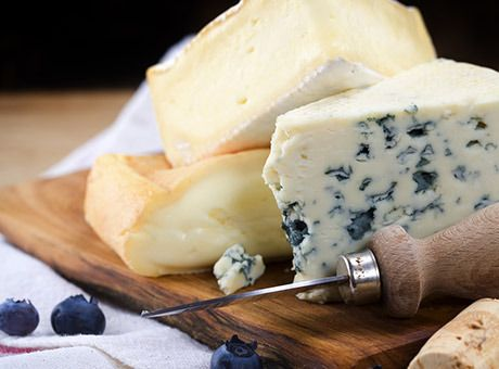 Come servire, tagliare e conservare al meglio i formaggi per offrirli e gustarli senza incertezze.