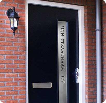 Voordeurdecoratie van matglas raamfolie waar met een klassiek lettertype de straatnaam en huisnummer is geprint.