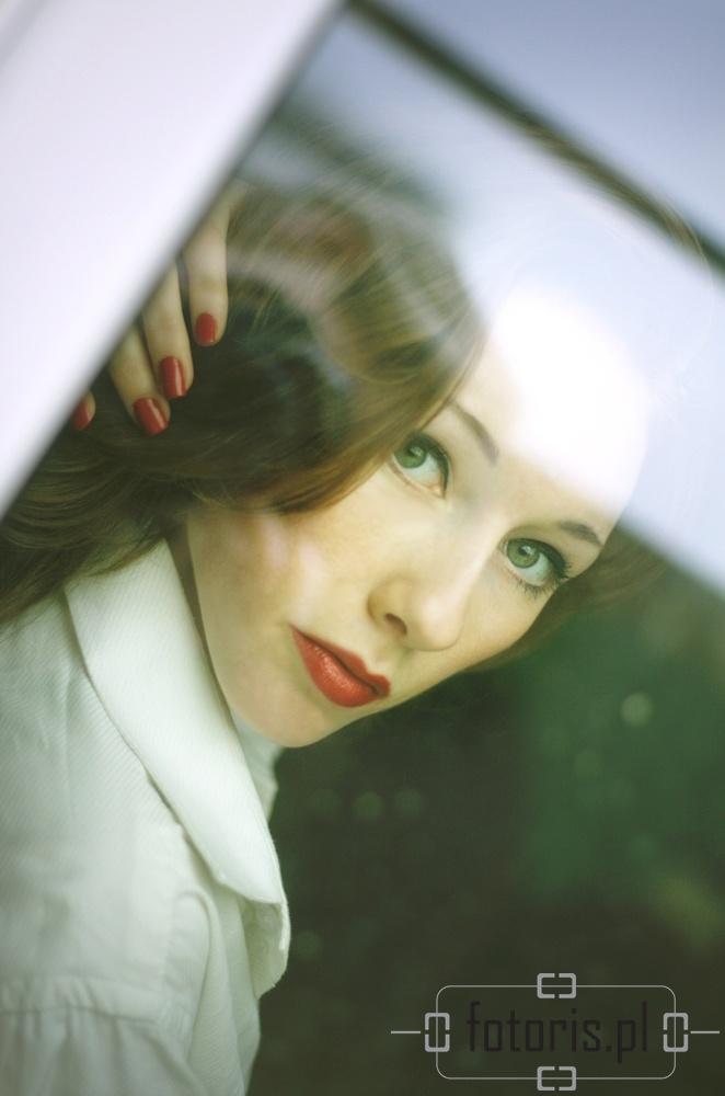 portret kobiecy, woman portrait, behind the glass, za szybą, portret w domu, portrait at home, fotoris, dorota przybylska
