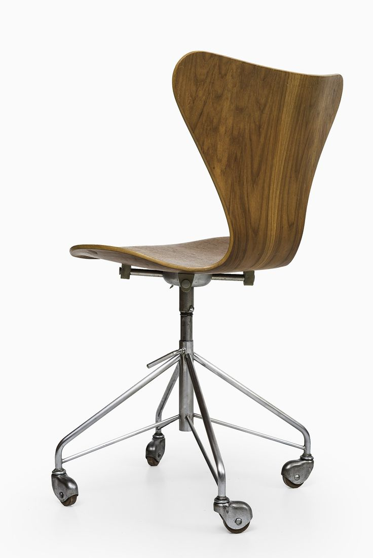 Rare office chair model 3117 in teak designed by Arne Jacobsen and produced  by Fritz Hansen in Denmark
