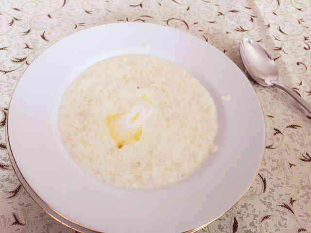 ホッとする味!ロシアのお粥「カーシャ」 ロシアの家庭やホテルでよく出される朝食 本場で食べたロシア料理の中で私が1番好きなものです(*´ω`*) 材料 (1人分)オートミール 50cc 牛乳(低脂肪乳や水でもOK) 200cc 砂糖(蜂蜜などお好みで) 大さじ1 塩 半つまみくらい トッピング:お好みでバターやホイップクリーム お好きなだけどうぞ!作り方 1オートミールを50cc分計り砂糖を入れ、さらにお鍋に牛200ccも一緒に入れて沸騰させます!2 沸騰したら、弱火にして2分煮立たせます 3 その後、火を止めて1分間休ませます!(蒸らすような感覚で…)4 お皿に盛り付けて完成!5 ロシアでは、バターやホイップクリームをトッピングに添えられているものが多かったです!(私はバターがオススメです!)6 お砂糖は入れても入れなくても美味しいですが、お砂糖の甘さとバターの塩気がとてもマッチしていて最高ッ(*b'v・)b+。コツ・ポイント ステイ先の子曰く、水でも作れるけど牛乳の方がおいしいとのこと。私も無脂肪乳で作ってみましたが、普通の牛乳の方が断然おいしいです…