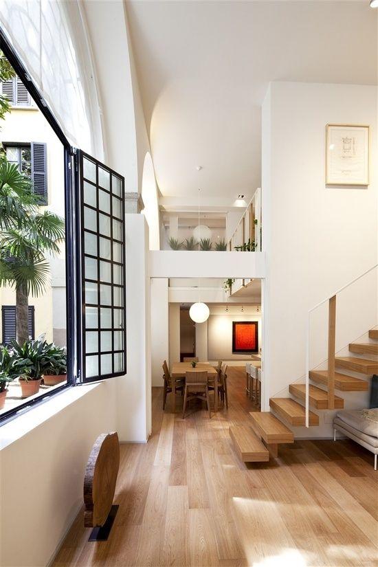 Décoration moderne avec escalier en planches de bois couleurs neutres et espaces dégagés