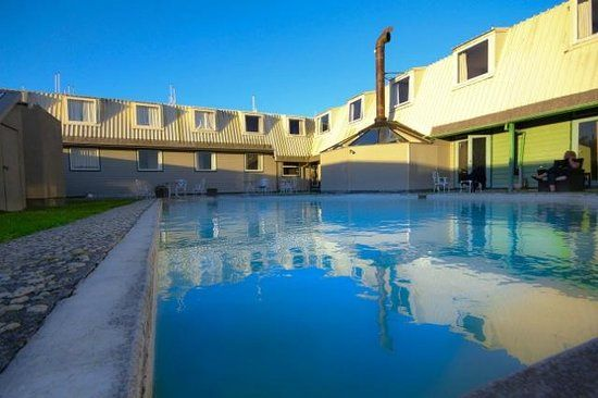 NL. Hotel southern X Lodge - buitenzwembad. FR. Hôtel Ramada à Golden - piscine extérieur. DE. Ramada Hotel Golden - AuBerschwimmbad. EN. Ramada Hotel Golden - outdoor swimming pool