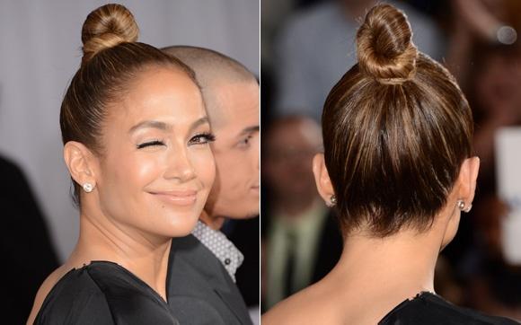 Minimalista, o coque superalto de Jennifer Lopez enrolou todo o comprimento como em um nó bem apertado e preso com grampos da cor do cabelo. Não fica nenhum fio fora do lugar!