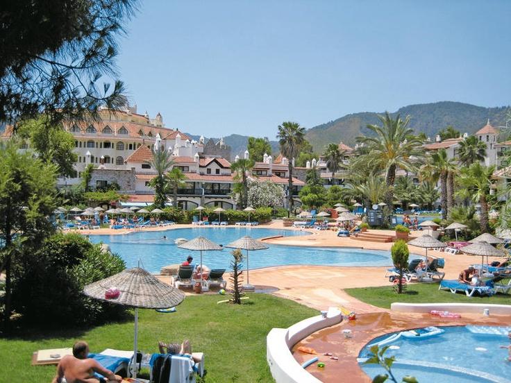 Het stijlvolle 5 sterren Marti Resort biedt kwaliteit en tal van faciliteiten. In de smaakvolle tuin liggen 2 ruime zwembaden waar u een verfrissende duik kunt nemen, maar ook kunt u kiezen voor ontspanning aan het privé strand.    U kunt kiezen voor inspanning door deel te nemen aan de diverse (water)sporten die geboden worden of heerlijk ontspannen in het healthcenter met jacuzzi, sauna Turks bad of een massage. Het hotel heeft een prachtige ligging aan de baai.  Officiële categorie *****
