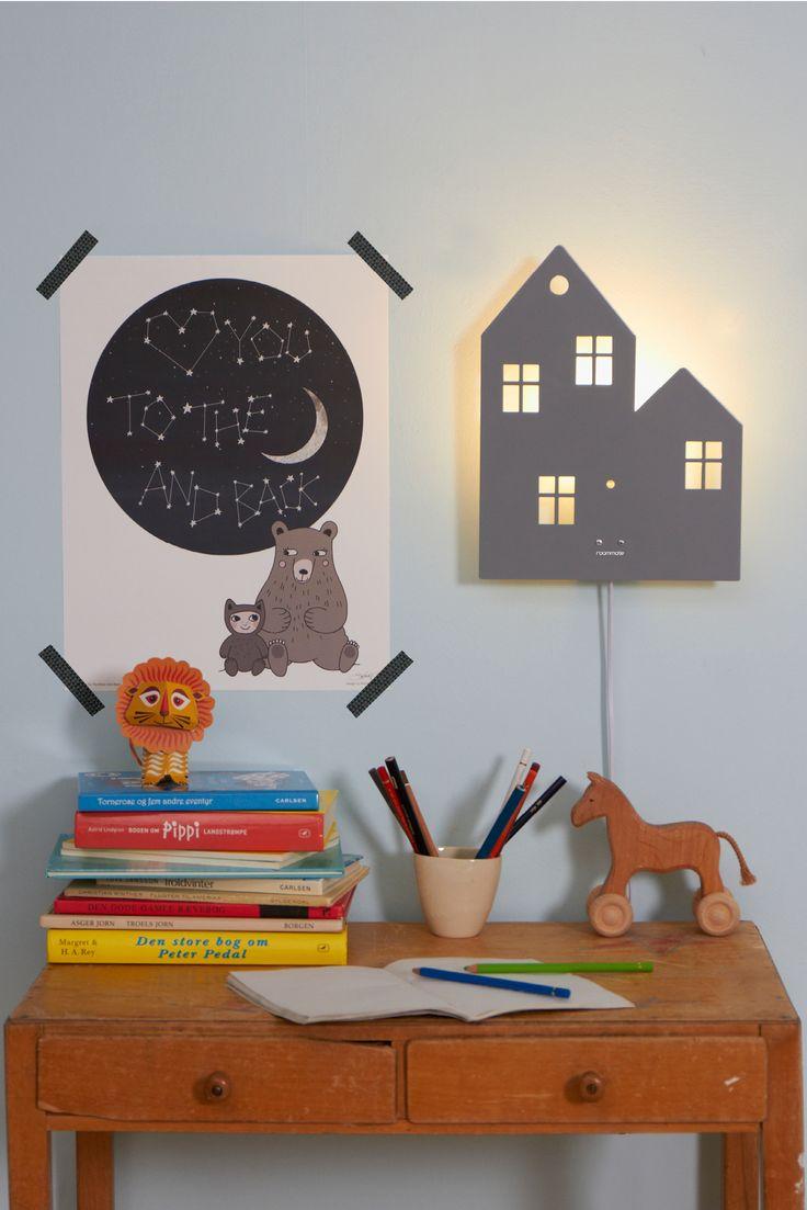 Dekorativ hus væglampe til børneværelset i pulverlakeret metal. Når lampen tændes i mørket fremtrylles lampens magiske silhuet.