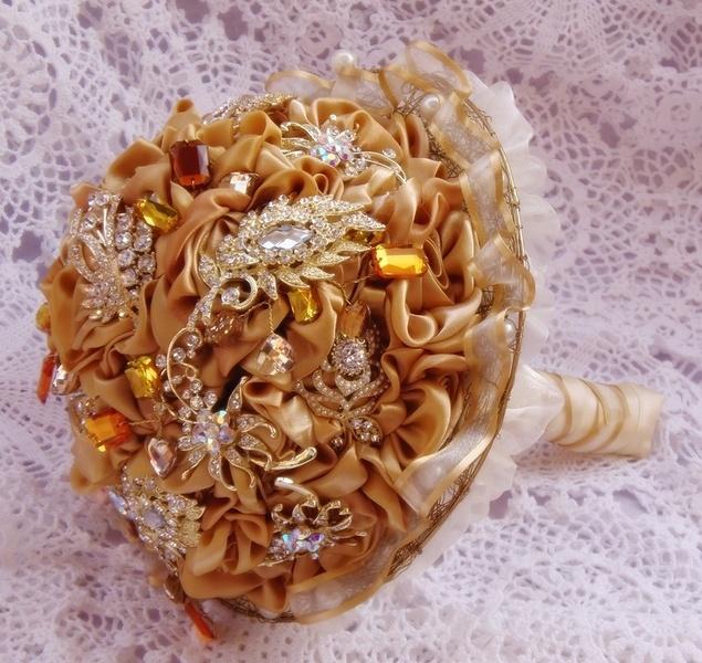 Este ramo de novia cuenta con elegantes flores de magnolia en color champan y Broches strass .Se termina con un mango de raso en color Blanco roto ...