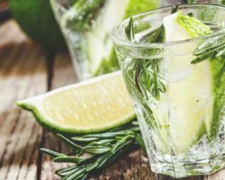 Limonade brûle-graisse au citron vert, miel, gingembre et romarin anti-graisse : http://www.fourchette-et-bikini.fr/recettes/recettes-minceur/limonade-brule-graisse-au-citron-vert-miel-gingembre-et-romarin-anti
