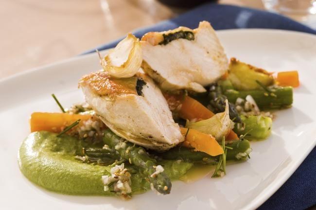 Timian & hvitløkstekt kyllingbryst med aspargessalat og brokkolikrem