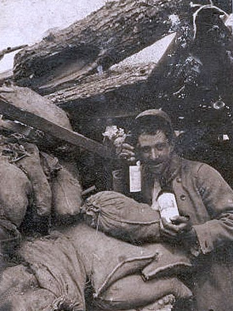 WW1, Happy Poilu with 2 bottles of wine. http://fr.academic.ru/pictures/frwiki/76/Le_pinard_du_poilu.jpg