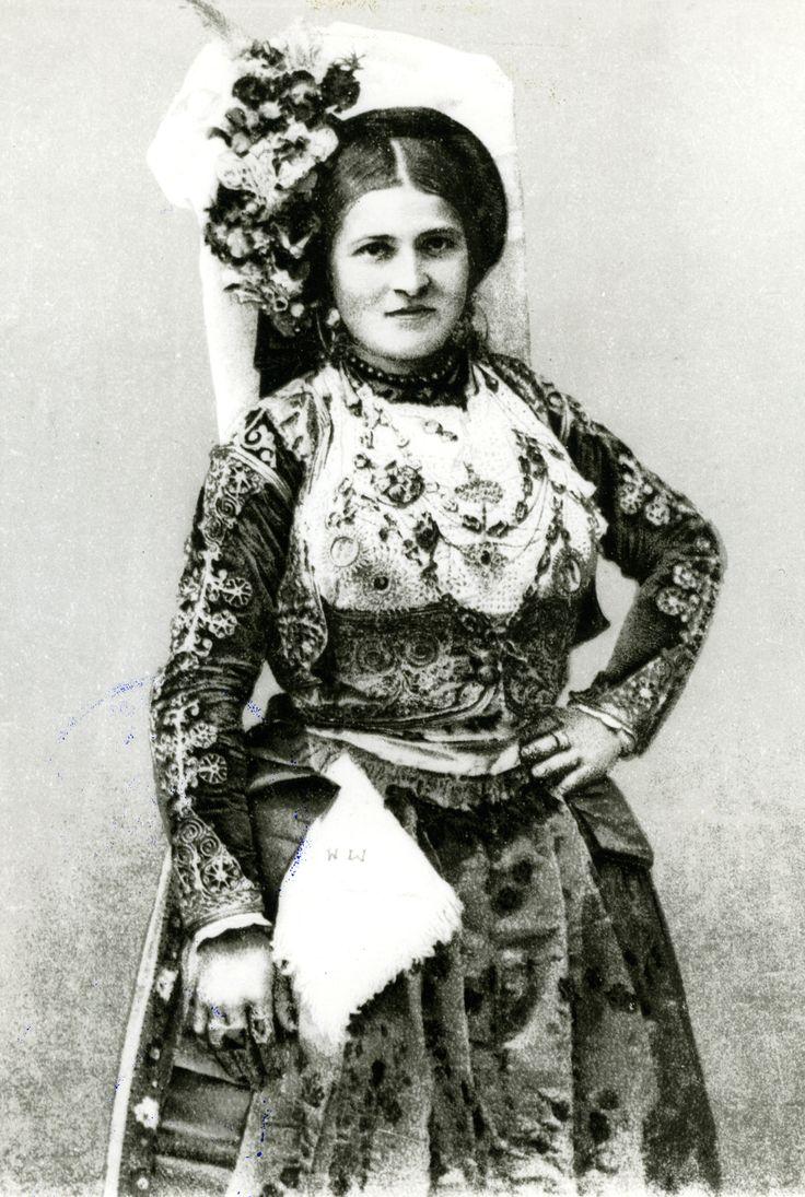 Επιστολικό δελτάριο στο οποίο απεικονίζεται γυναίκα με φορεσιά της Κέρκυρας…
