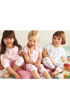 Tri pekné pyžamká so skrátenými nohavicami.