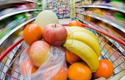 Przenoszenie koszyku, a strzał z wolnego czasu otwarcia migawki od zakupowego punktu widzenia. Owoce w koszyku jest ostry, a supermarket jes...