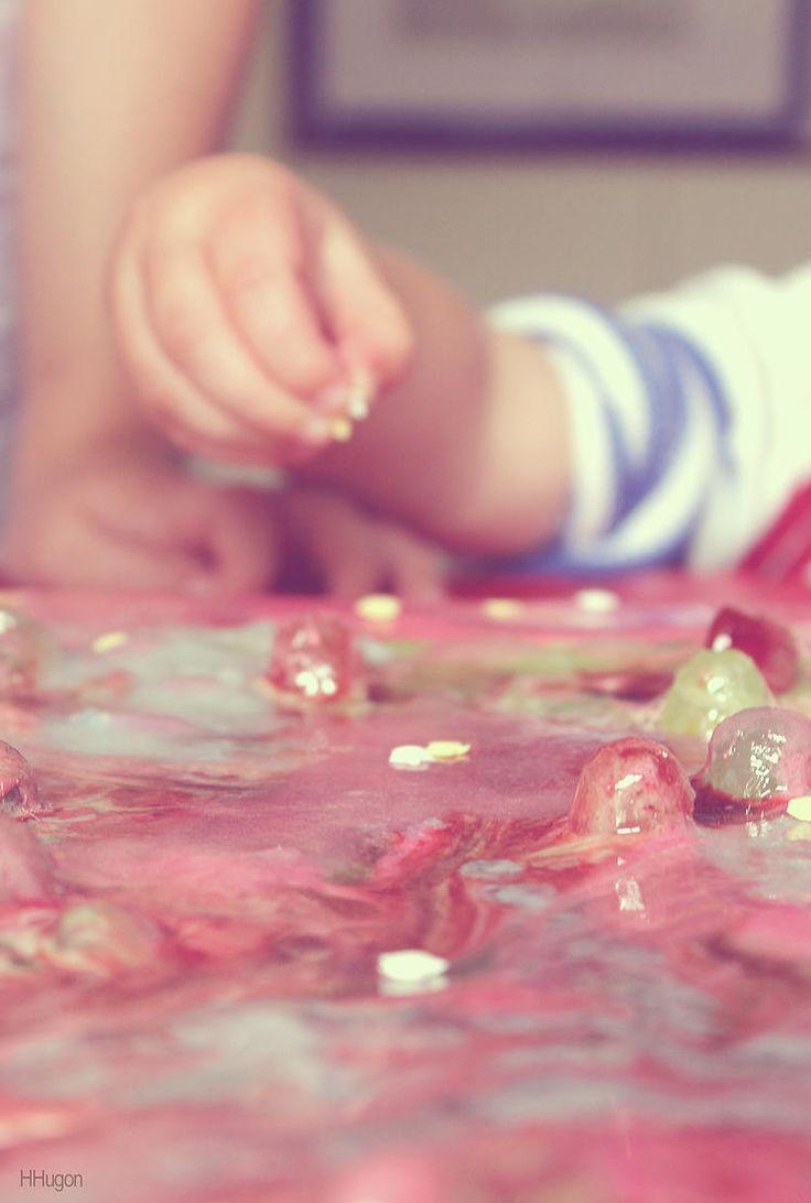"""Hélène HUGON - """"Happy Candy"""" La plupart du temps, les enfants raffolent des bonbons. Il était donc ludique de démarrer un projet créatif à base de ce """"matériau"""" qu'ils apprécient tant. On fait chauffer, on étire, on joue avec le bonbon. On se rend également compte, en décomposant la matière, qu'elle est extrêmement chimique. Alors plutôt que de tous les engloutir, on réalise un tableau peint avec des bonbons..."""
