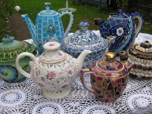 Mosaic tea pots I love covering tea pots with mosaics - fortunately I also love drinking tea. :)