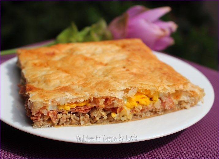 Torta salata con carne macinata, salumi, uova sode e formaggio: sfiziosissima. Una torta salata molto gustosa, da scoprire ad ogni boccone !