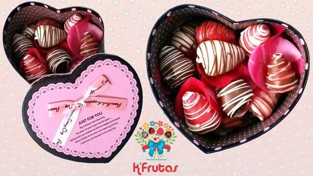 Caja de bombones de fresas cubiertas con chocolate y un detalle especial con pétalos de rosas. Obsequios que enamoran!