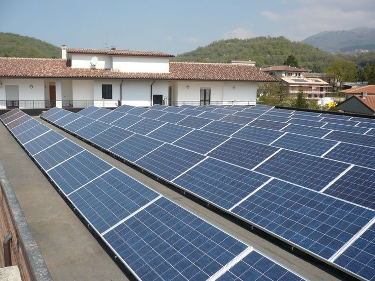 CLIENTE: Comune di Rieti presso Caserma Vigili Urbani ed Istituti Scolastici - CAPACITÀ DI PRODUZIONE IMPIANTO: 163,52 kWp (vista impianto su tetto piano). Sono stati installati cinque diversi impianti per una potenza totale di 163.520 Wp: tre da 29,4 kWp in tre diversi Istituti Scolastici (due con copertura ondulata ed uno con tetto piano), uno da 21 kWp presso altro Istituto (con copertura in tegole) ed uno da 54,32 kWp presso la Caserma dei Vigili Urbani (con tetto piano).