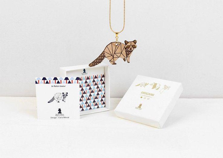 Magnifique collier naturel avec pour pendentif un adorable petit raton laveur stylisé en origami qu'on aimerait vraiment adopter pour toute la vie !
