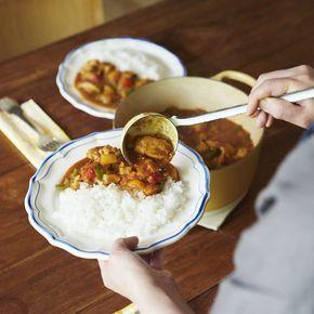 暑い季節になると恋しくなる食べものの一つといえば、カレー。ぴりっとスパイスを効かせたり、さまざまな隠し味を入れたりと、家庭によって「この味が一番!」と、こだわりがあるのでは?料理家の小堀紀代美(こぼり